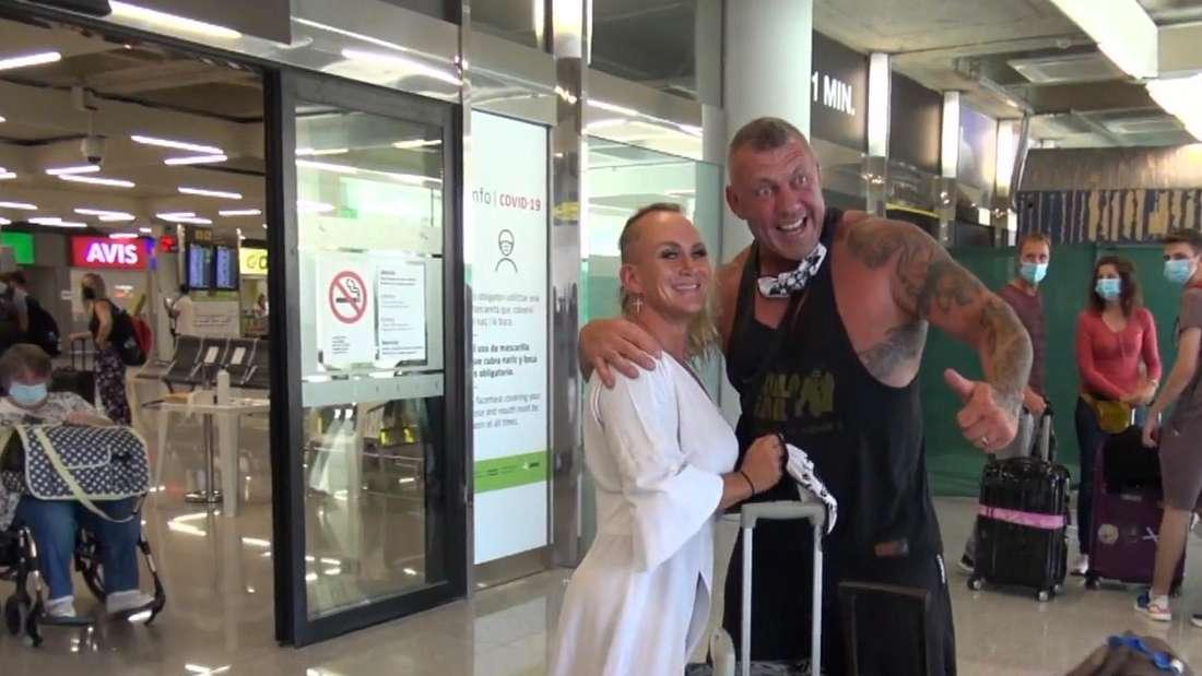 Caro und Andreas Robens stehen am Flughafen mit ihrem Gepäck in Palma de Mallorca nach ihrer Rückkehr aus Deutschland und posieren für die Presse.