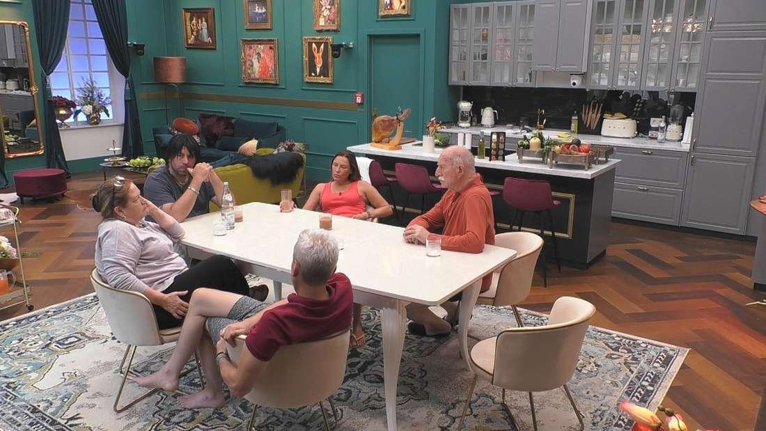 Promi Big Brother: Kathy Kelly (links) am Tisch im Gespräch mit Sascha Heyne, Icke Hüftgold, Werner Hansch und Simone Mecky-Ballack