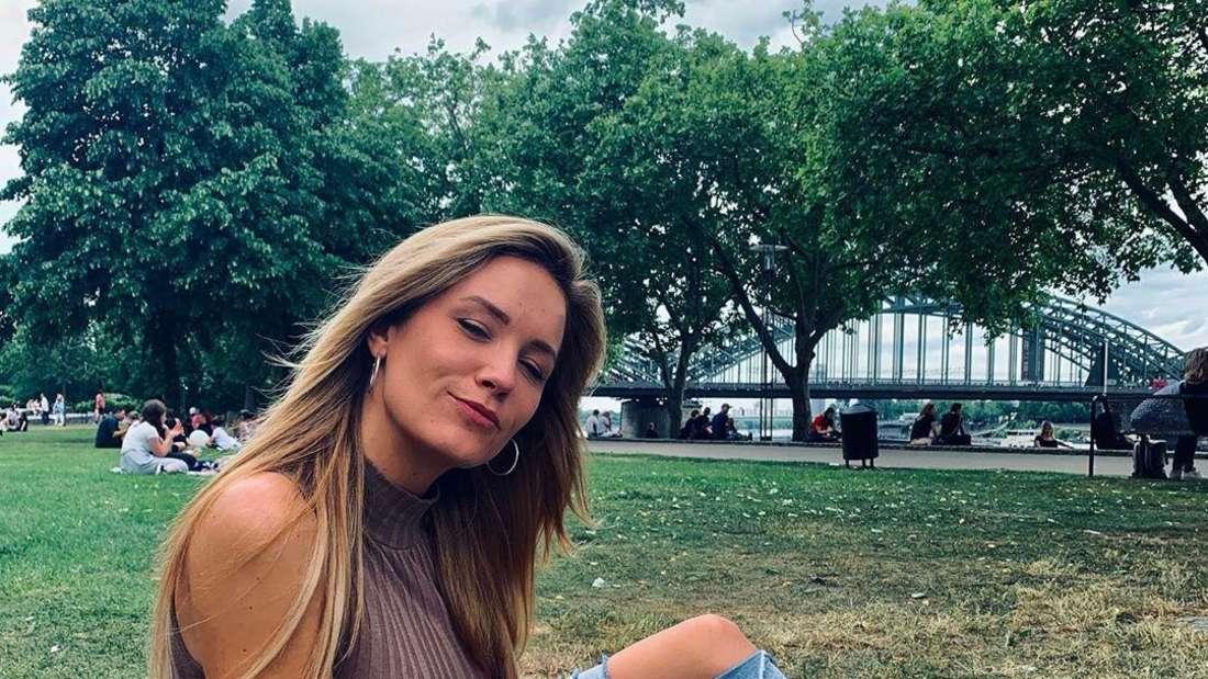 Schlagersängerin Sonia Liebing auf einer Wiese in Köln