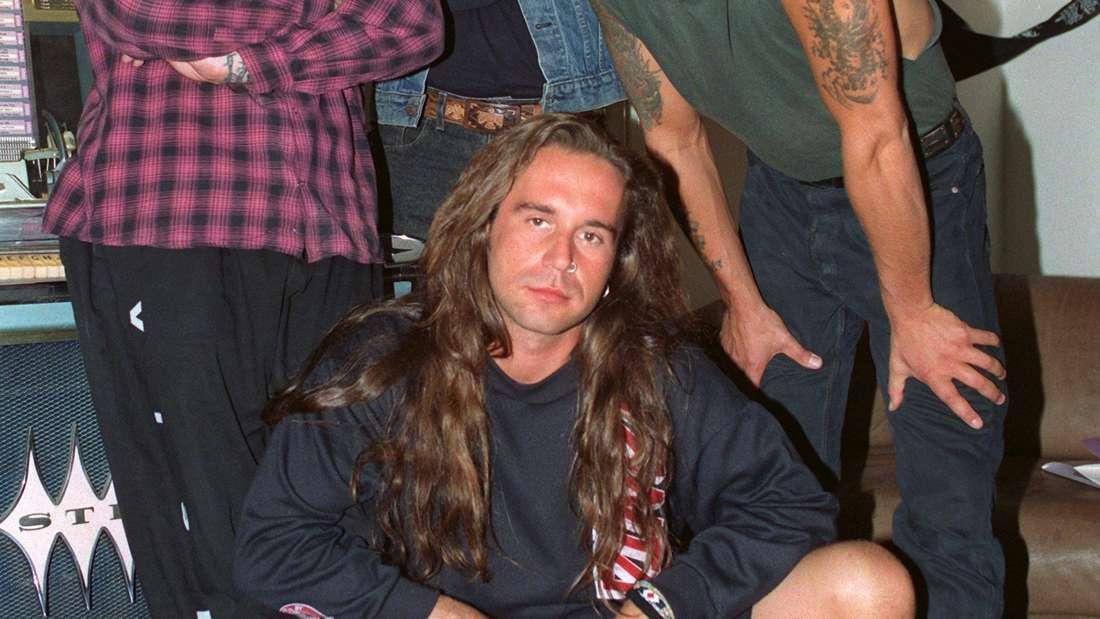 Das Bild zeigt die vier Mitglieder der Rockband Böhse Onkelz in einem Proberaum