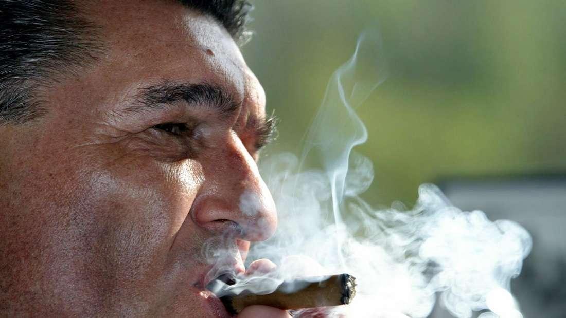 Rudi Assauer raucht eine Zigarre