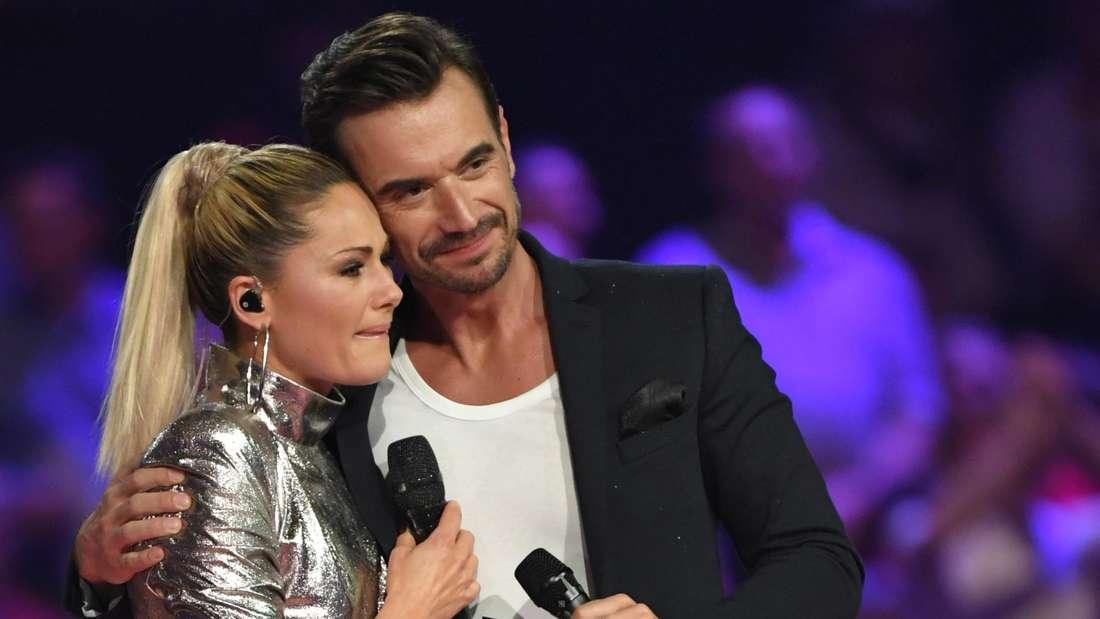Florian Silbereisen steht unter Tränen mit seiner früheren Lebensgefährtin, der Sängerin Helene Fischer, auf der Bühne bei den Schlagerchampions 2019.