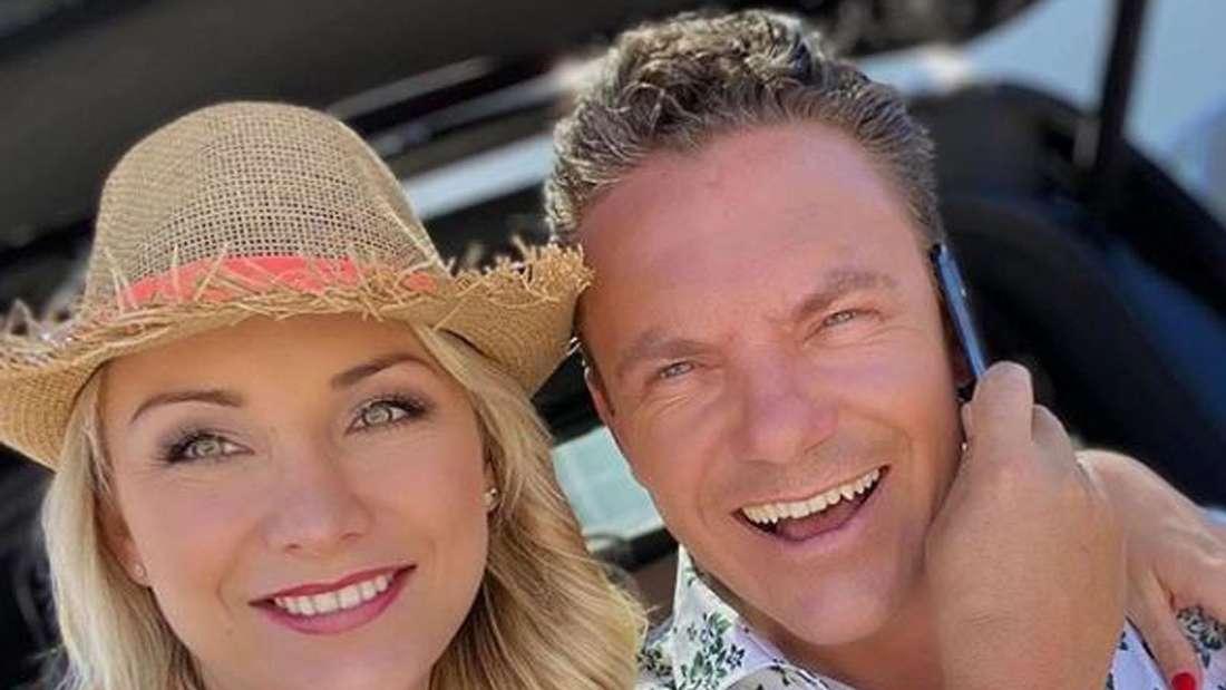 Stefan Mross und Anna-Carina Woitschack machen ein Selfie von sich