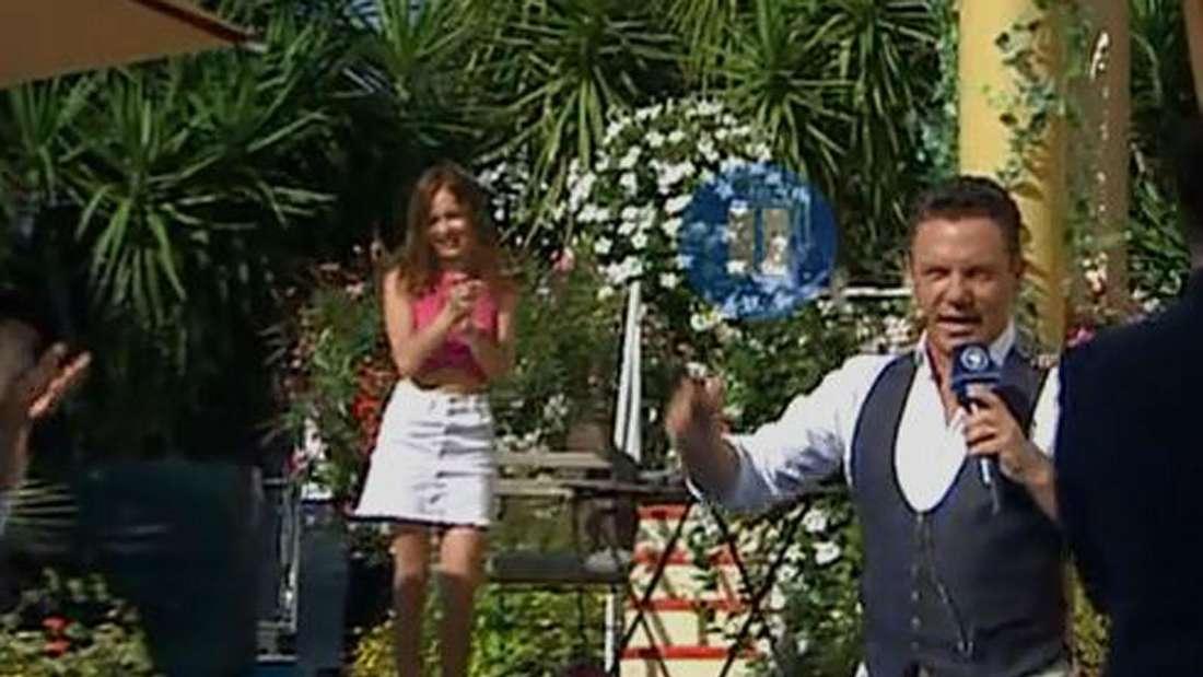 Stefan Mross geht singend an Pauline Schenkel vorbei