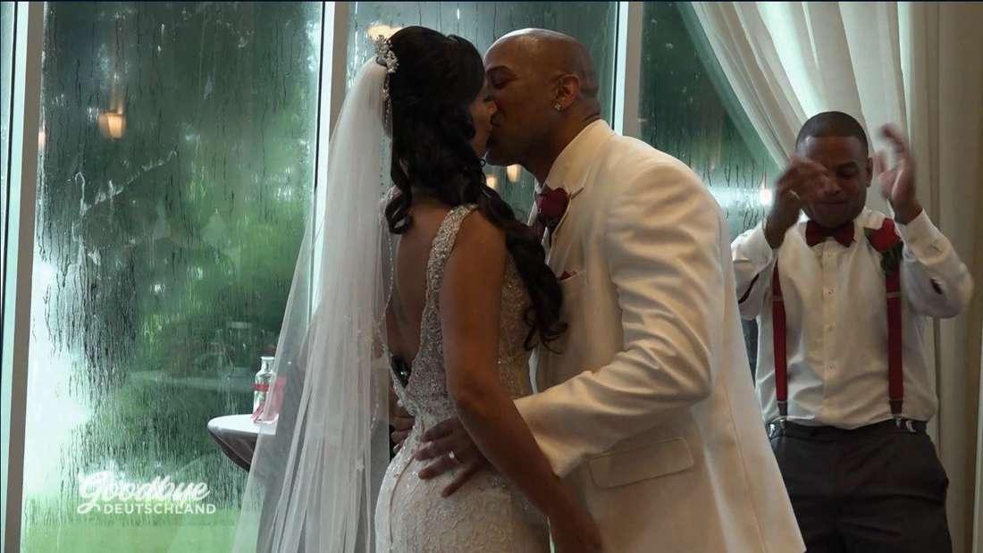 Demi Taztel und ihr Mann Vicor geben sich bei ihrer Trauung einen Kuss