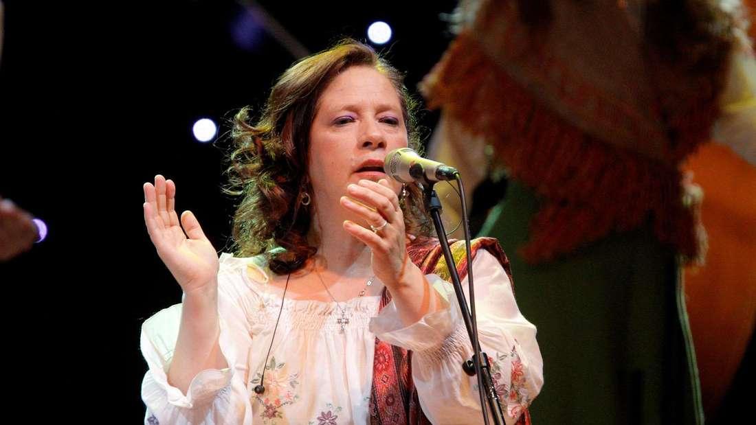 Kathy Kelly steht auf der Bühne und singt