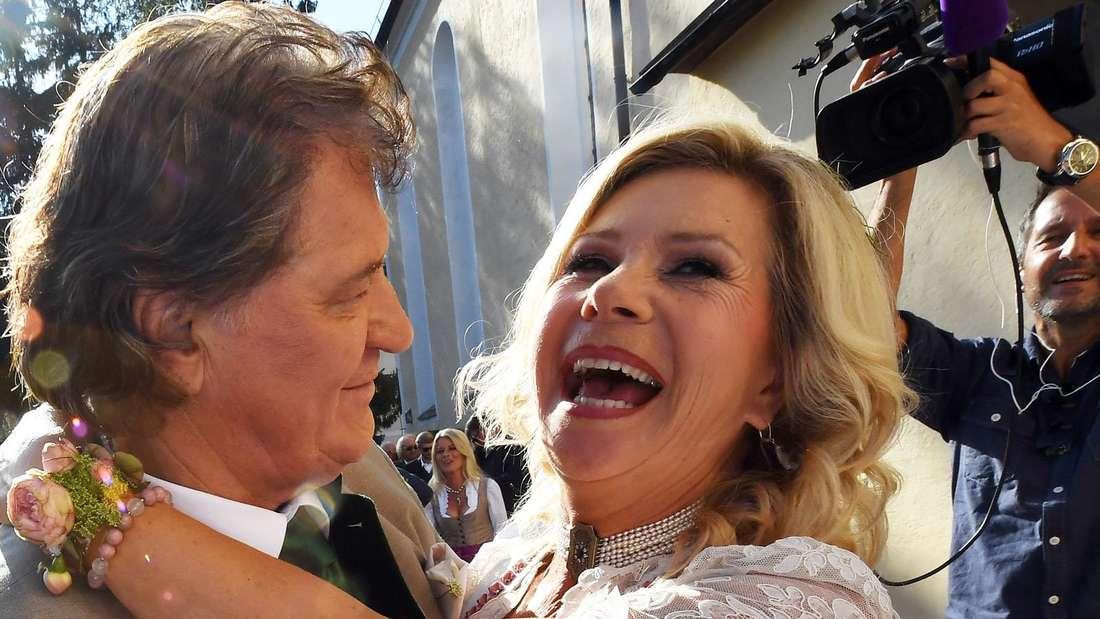 Marianne und Michael Hartl umarmen sich