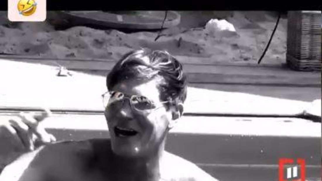 Steff Jerofke schwimmt in einem Pool, darüber steht etwas geschrieben