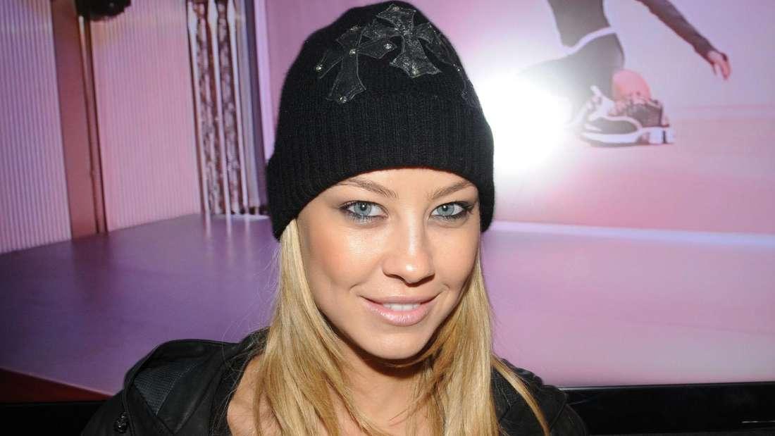 Alessandra Meyer-Wölden trägt Mütze und schaut in die Kamera