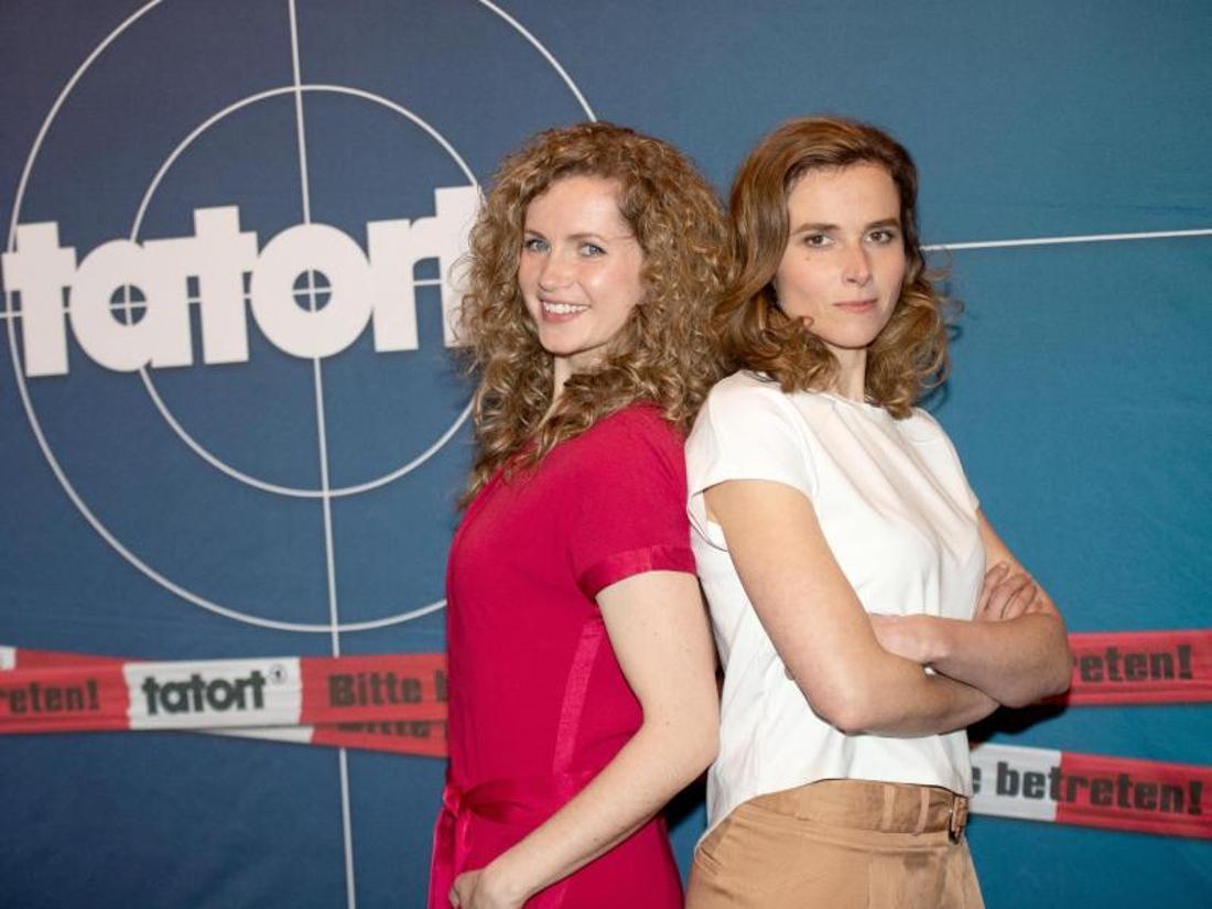 Die Schauspielerinnen Cornelia Gröschel (l) und Karin Hanczewski ermitteln jetzt gemeinsam in Dresden. Foto: Daniel Reinhardt