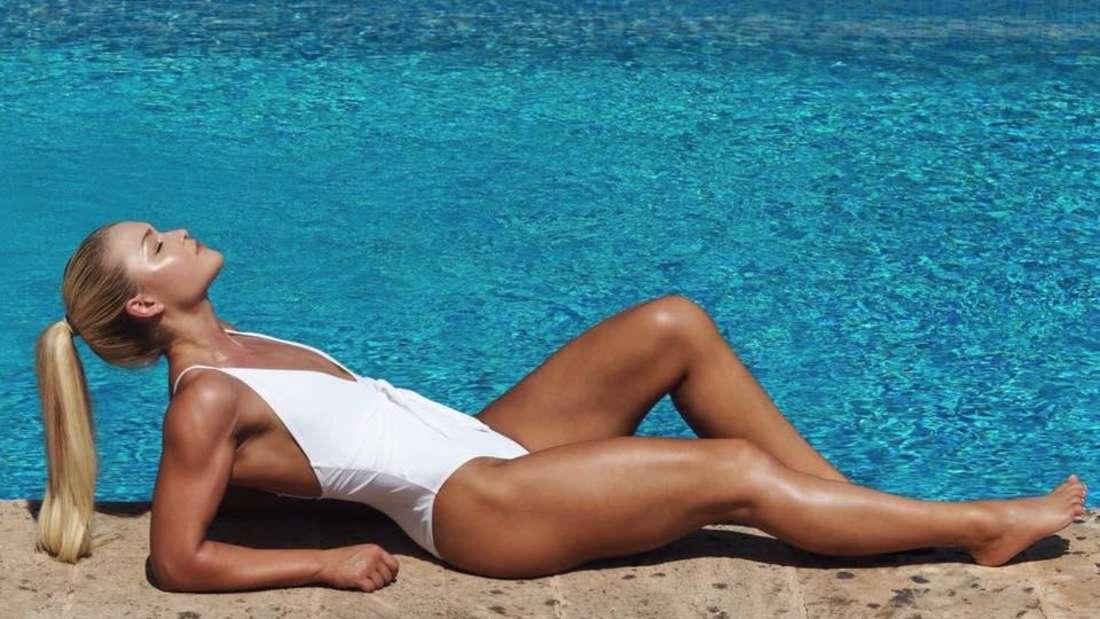 2019 war Sophia Thiel in Topform und zeigte sich ihren Facebook-Fans im weißen Bikini am Pool.