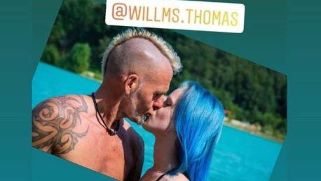 Thomas Willms und Jessy küssen sich