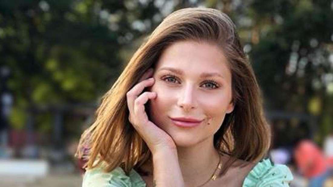 Marie Reim lächelt in die Kamera