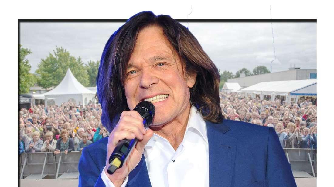 Jürgen Drews singt breit lächelnd in ein Mikrofon - im Hintergrund sieht man eine Menschenmenge (Fotomontage)