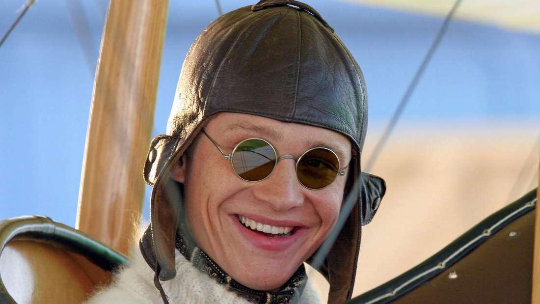 Matthias Schweighöfer sitzt in einem alten Flugzeug