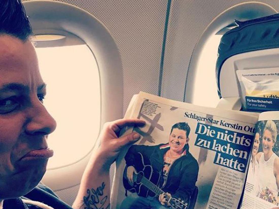 Kerstin Ott sitzt im Flugzeug und liest Artikel über sich