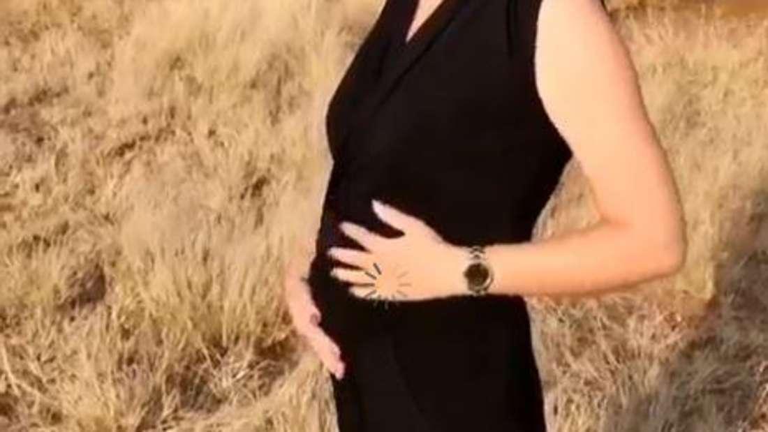 Anna Heiser zeigt stolz ihren Babybauch