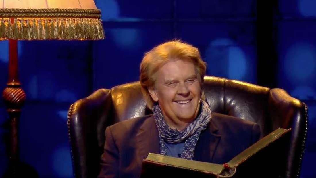 """Schlagerstar Howard Carpendale liest bei """"Denn sie wissen nicht, was passiert"""" (RTL) seinen Songtext vor."""