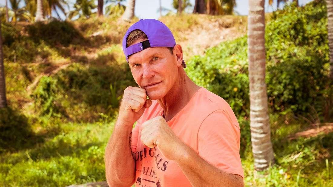 Stephan Jerkel steht am Strand und ballt die Fäuste