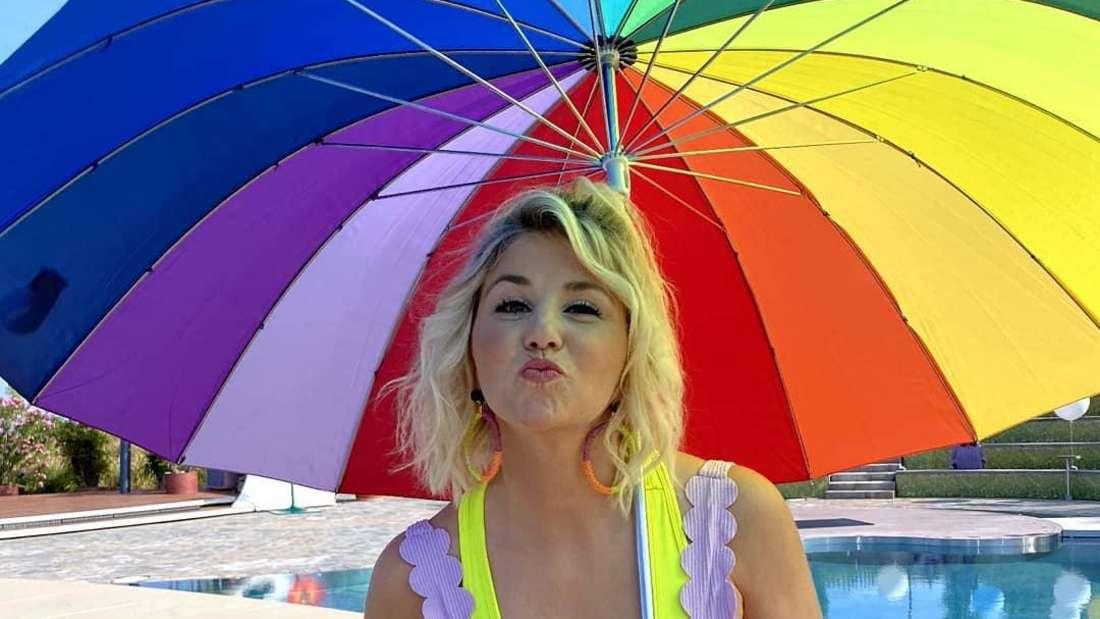 Beatrice Egli mit übergroßen bunten Regenschirm im ZDF-Fernsehgarten