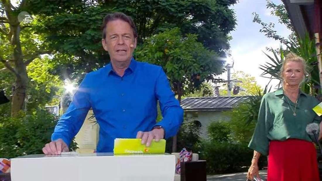 Rudi Cerne als Co-Moderator beim ZDF-Fernsehgarten. Hinter ihm: Andrea Kiewel.