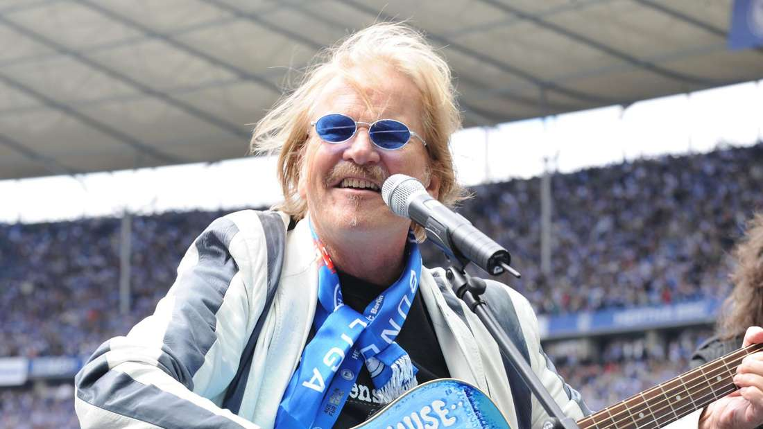 Frank Zander im Fußball-Stadion und singt für Hertha