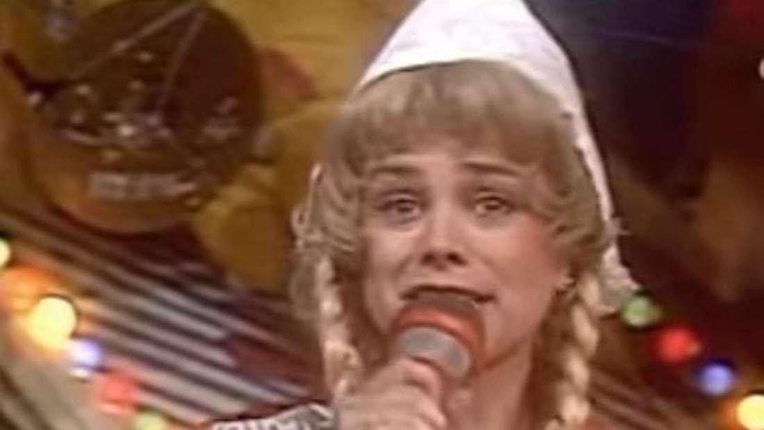 Marijke Amado singt auf der Bühne in einem Holländerinnen-Kostüm