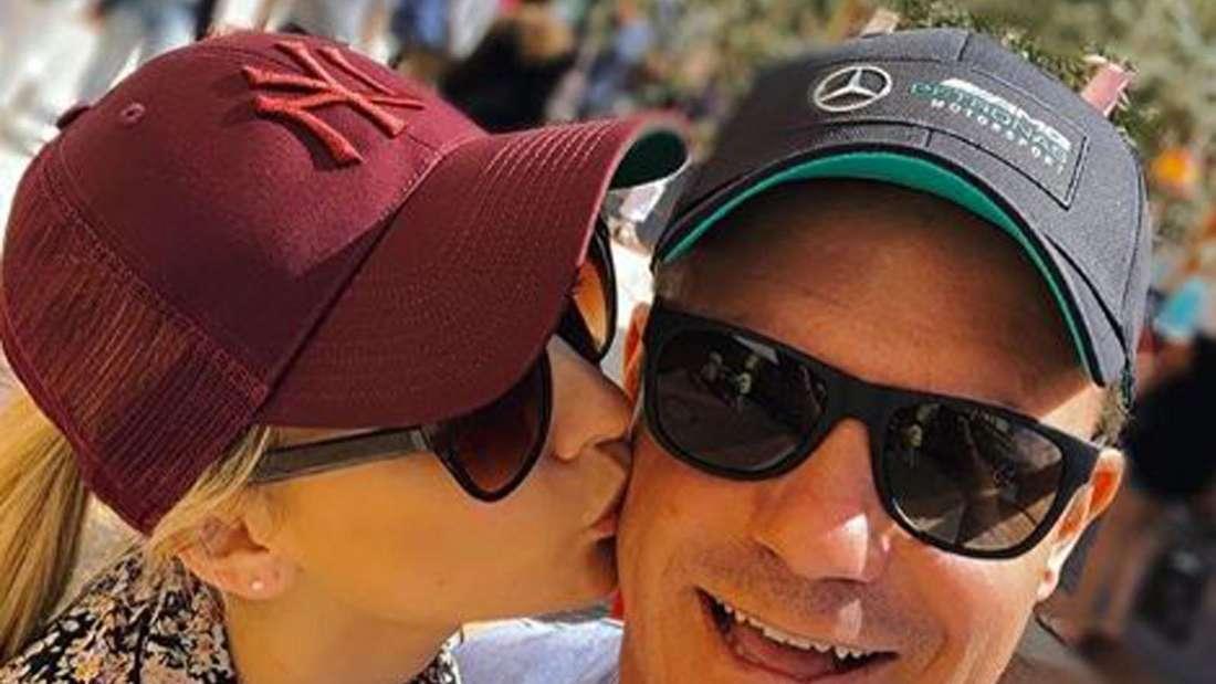 Anna-Carina Woitschack gibt Stefan Mross ein Kuss auf die Wange