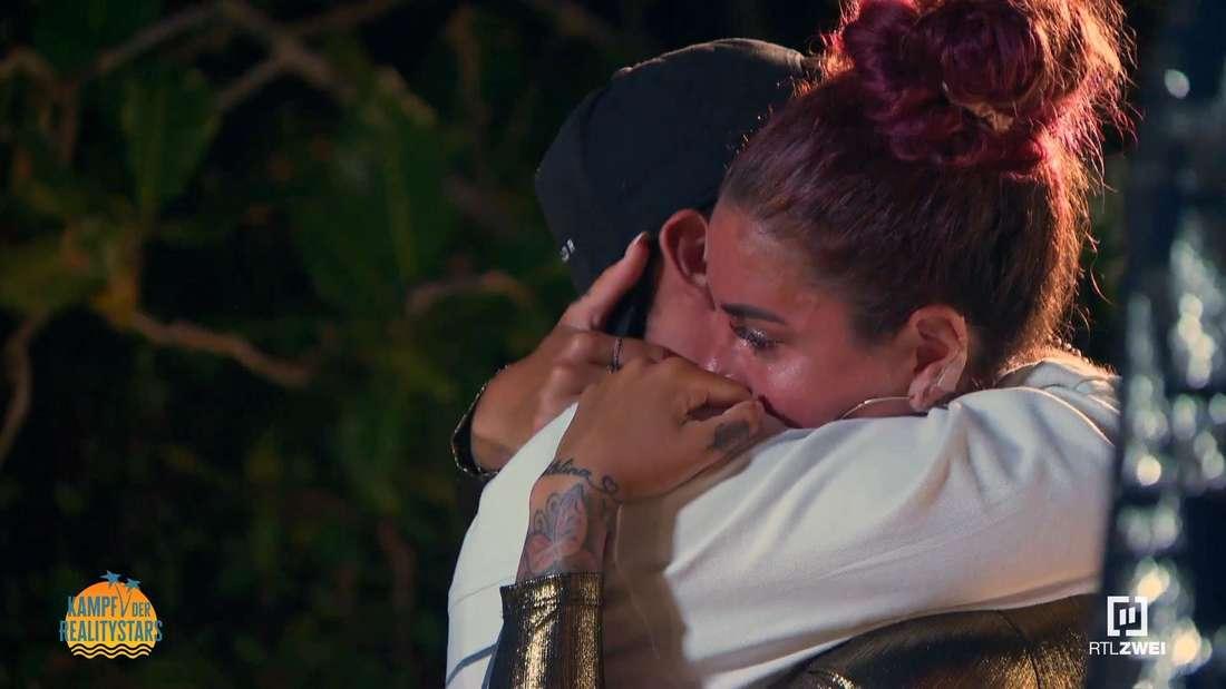 Momo und Kate umarmen sich