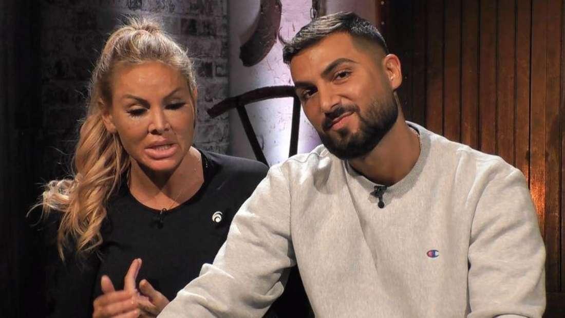 Lisha und Lou sitzen im Interview-Raum beisammen