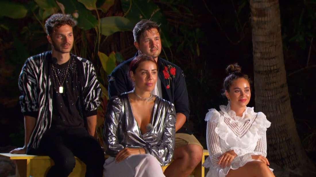 """Sam Dylan, Kevin Pannewitz, Kate Merlan und Melissa Damilia sitzen nebeneinander im Finale von """"Kampf der Realitystars - Schiffbruch am Traumstrand"""""""