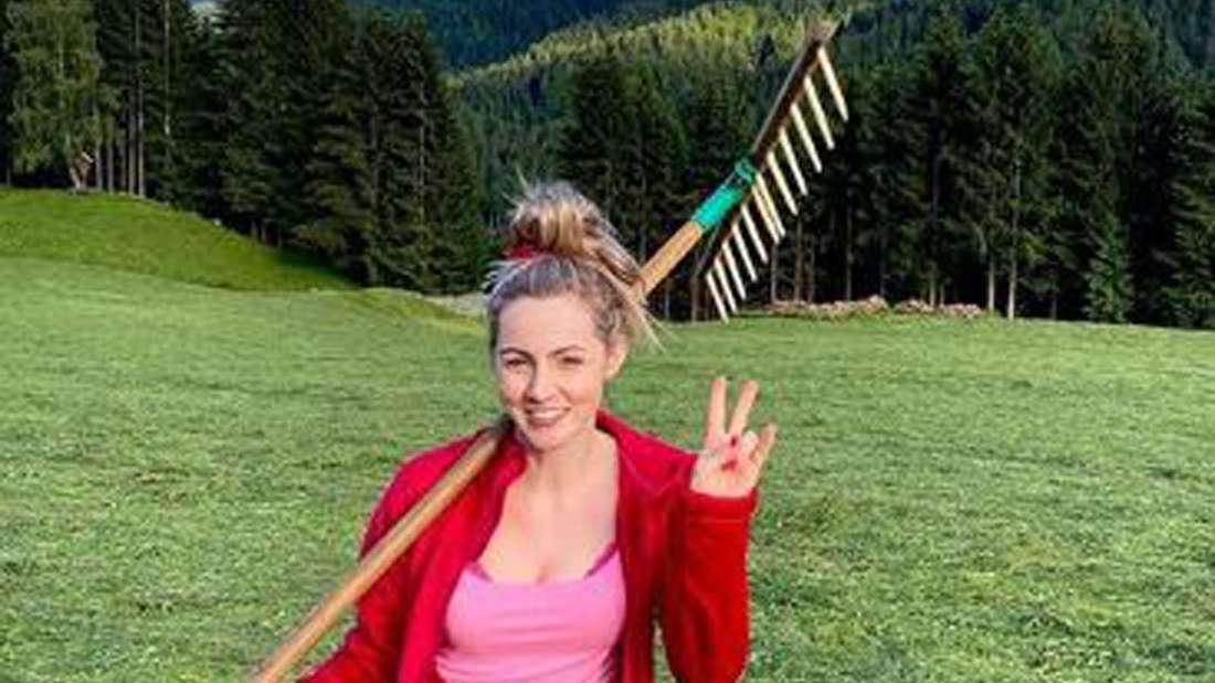 Melissa Naschenweng beim Heu ernten