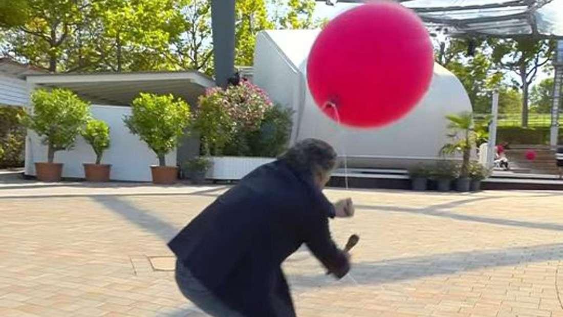 Andy Borg greift sich einen Luftballon, der neben ihm befestigt war