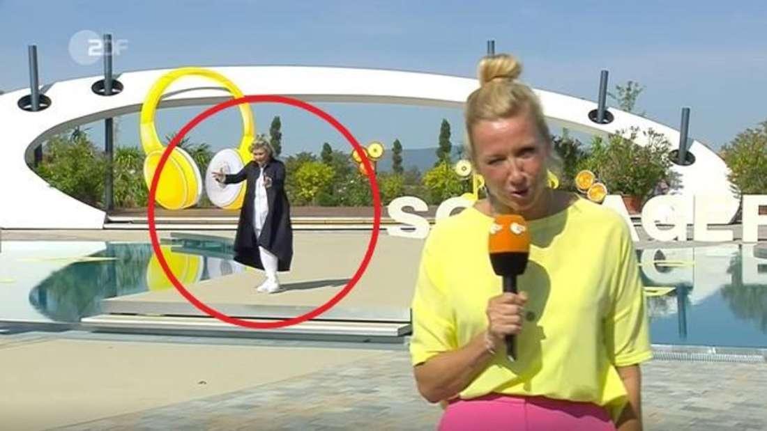 Schlagersängerin Gitte Haenning irrt hinter Moderatorin Andrea Kiewel am Set des ZDF-Fernsehgarten umher