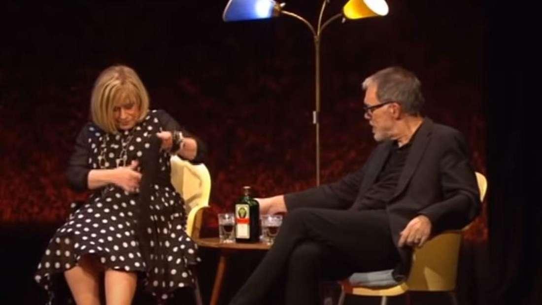 Mary Roos erzählte Wolfgang Trepper sitzen auf der Bühne und unterhalten sich