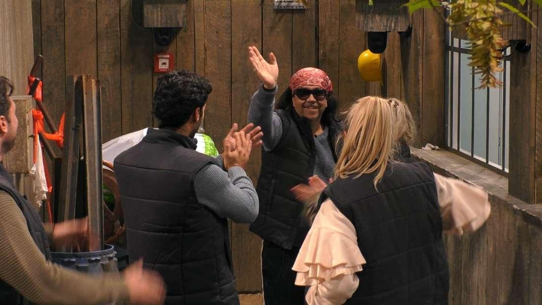 Mike Shiva verabschiedet sich von den Kandidaten im Promi Big Brother Haus.
