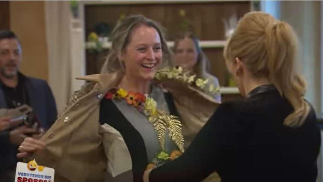 Ein Fan präsentiert Maite Kelly die umgestalteten Klamotten