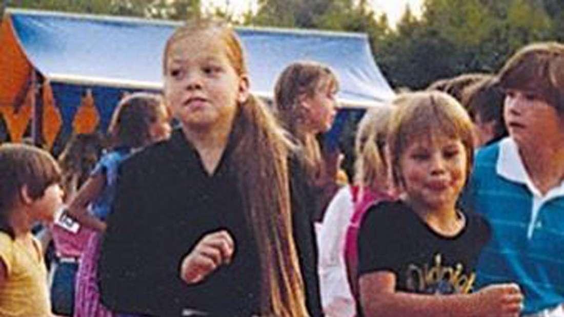 Eloy de Jong tanzt als Kind mit seiner Schwester auf einer Bühne