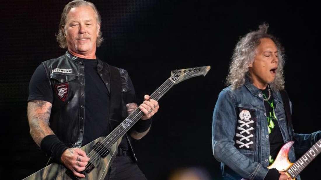 James Hetfield (l) und Kirk Hammett von Metallica. Die Band will Opfern der Buschbrände 750 000Dollar spenden. Foto: Sven Hoppe/dpa