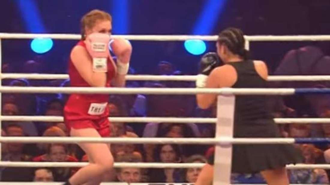 Georgina Fleur und Sängerin Jazzy umkreisen sich im Boxring