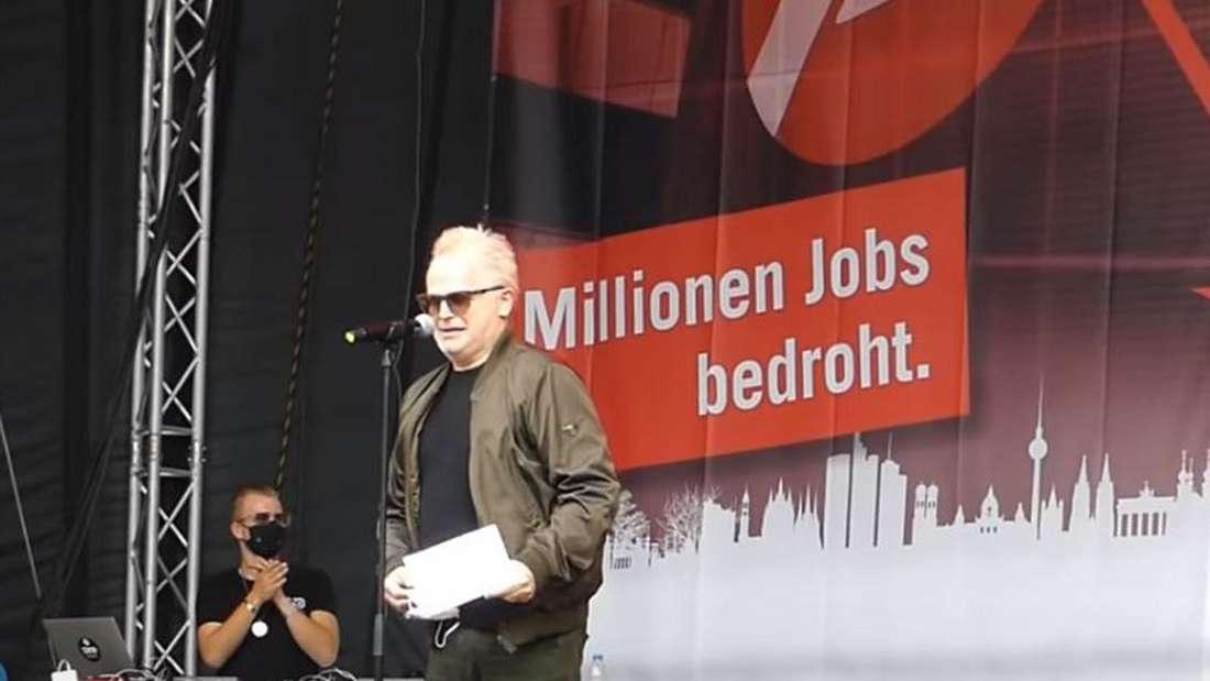 Herbert Grönemeyer steht auf der Bühne und hält eine Rede