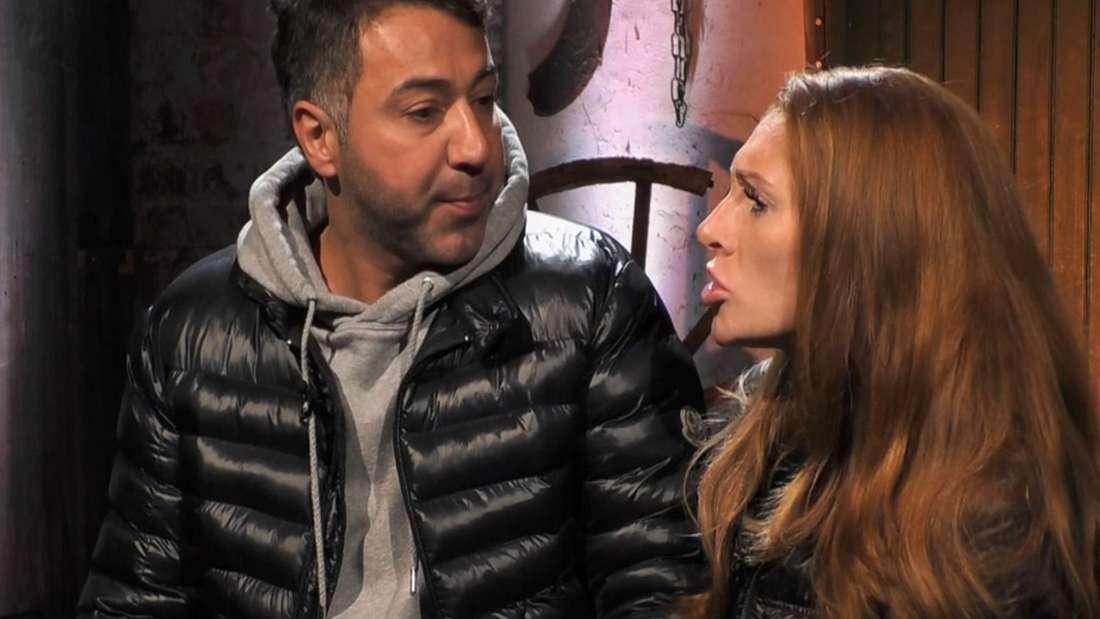 """Kubilay und Georgina sitzen in der Scheune beim """"Sommerhaus der Stars"""" 2020 und streiten sich."""