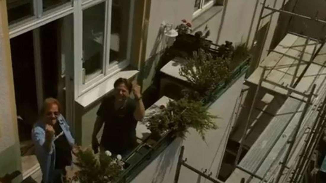 Frank Zander und sein Sohn stehen auf dem Balkon