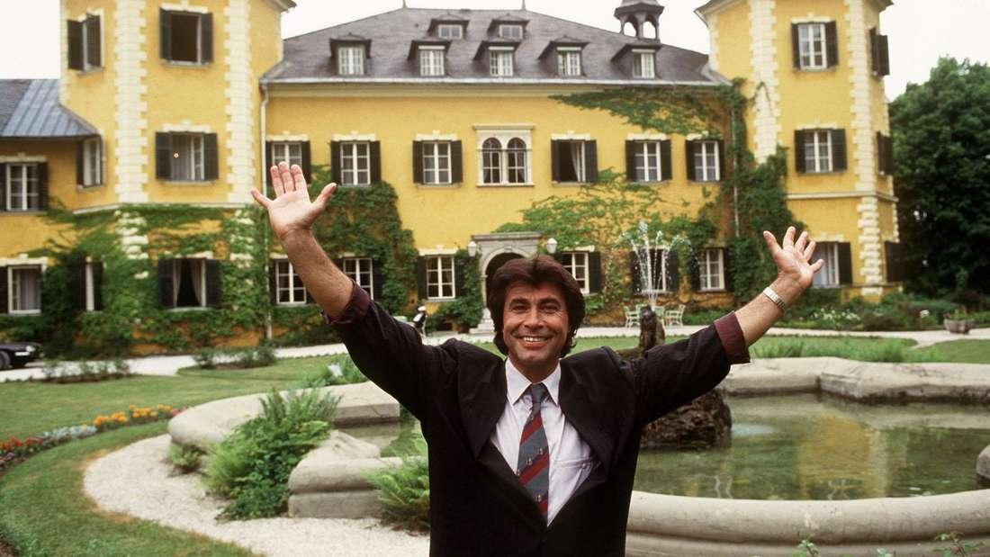 """Roy Black steht vor dem """"Schloss am Wörthersee"""""""