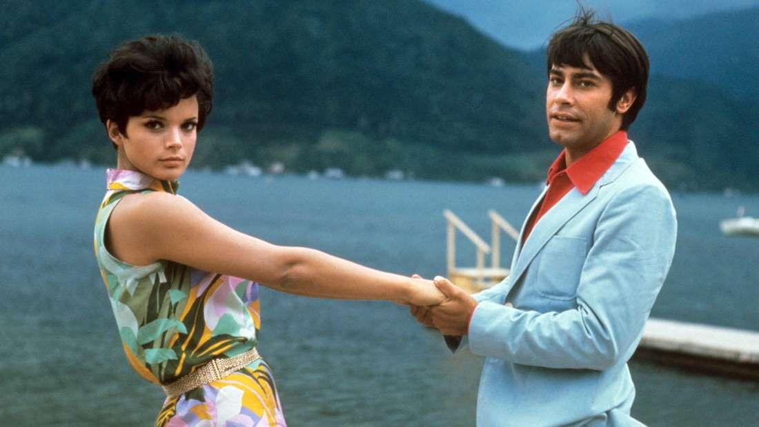 Roy Black mit Uschi Glas am See und halten sich an den Händen