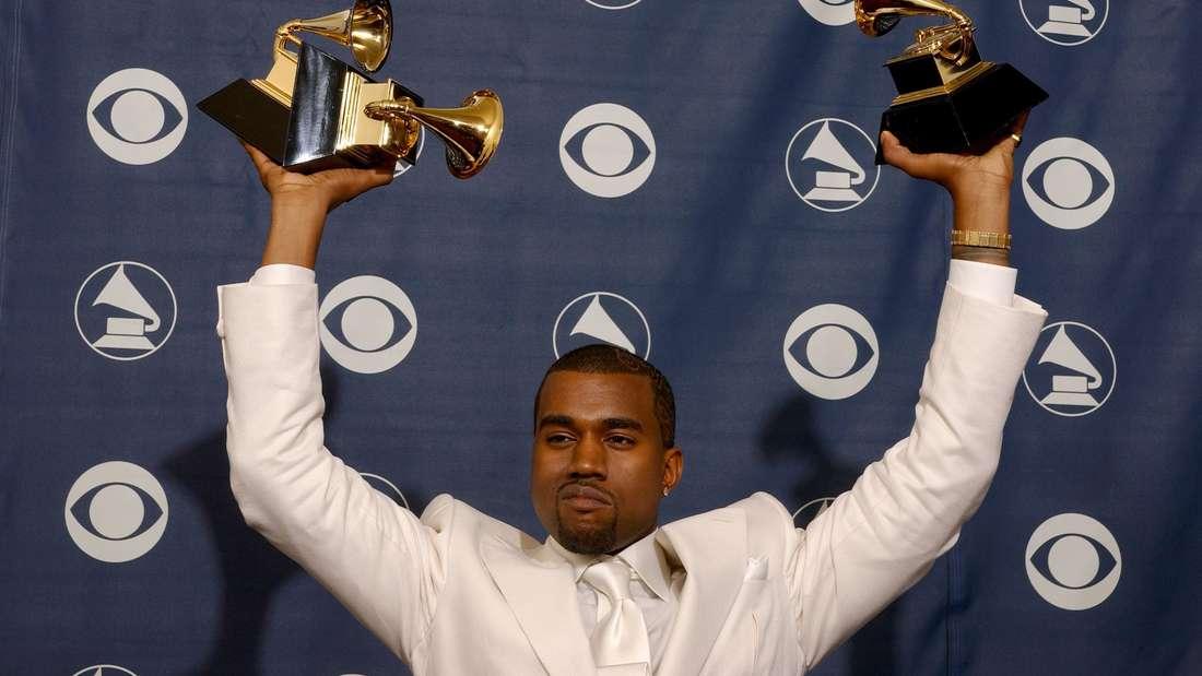 Kanye West hält seine Grammys hoch (Archivbild)