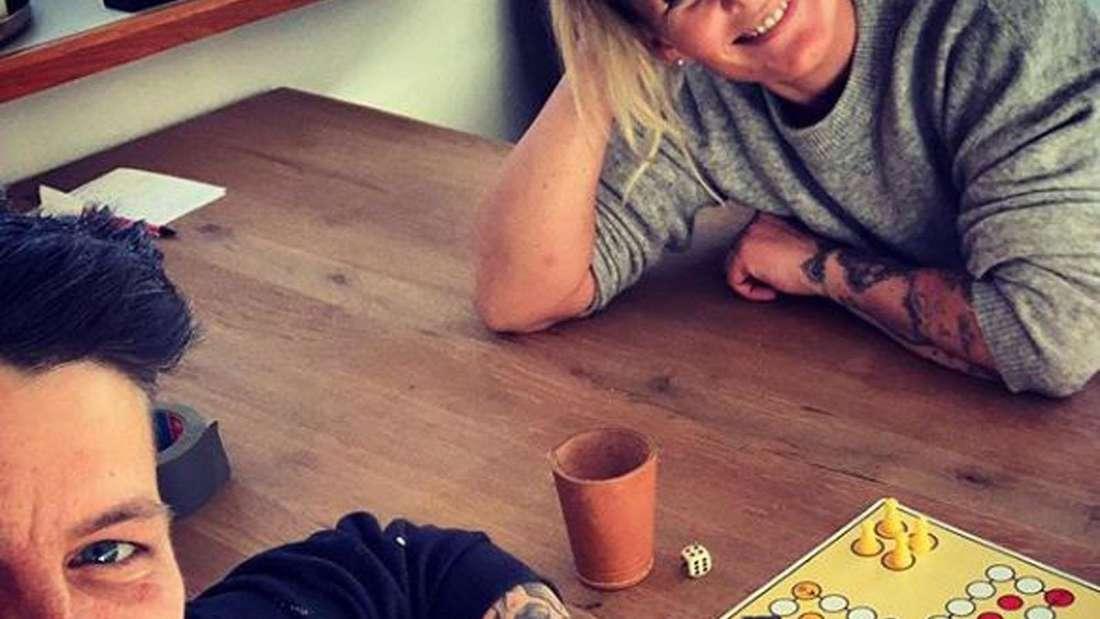 """Kerstin Ott und Karolina Köppen spielen """"Mensch ärger dich nicht"""""""