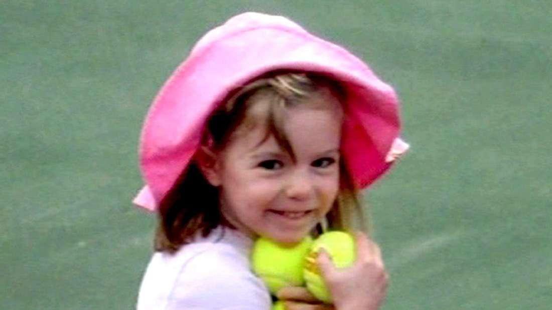 adeleine McCann (Maddie) hält Tennisbälle in der Hand