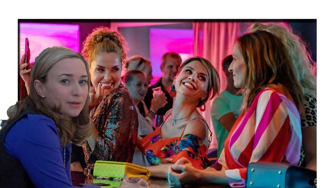 Birgit Würz schaut seitlich in die Kamera. Im Hintergrund sind verschiedene GZSZ-Schauspieler zu sehen. (Fotomontage)