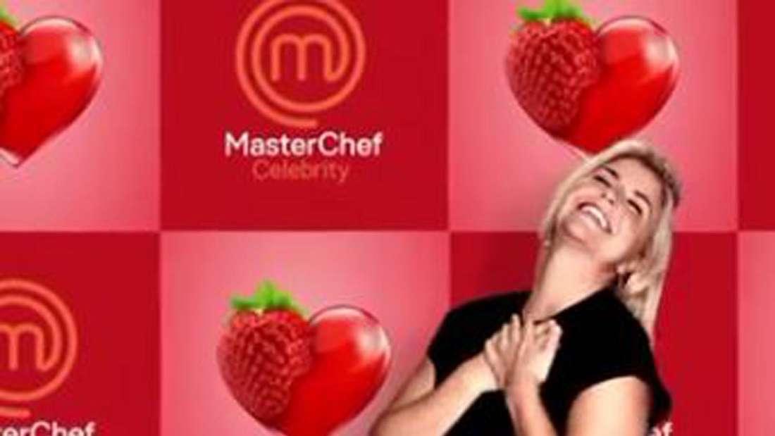 """Beatrice Egli lacht vor einer """"MasterChef Celebrity""""-Tapete"""